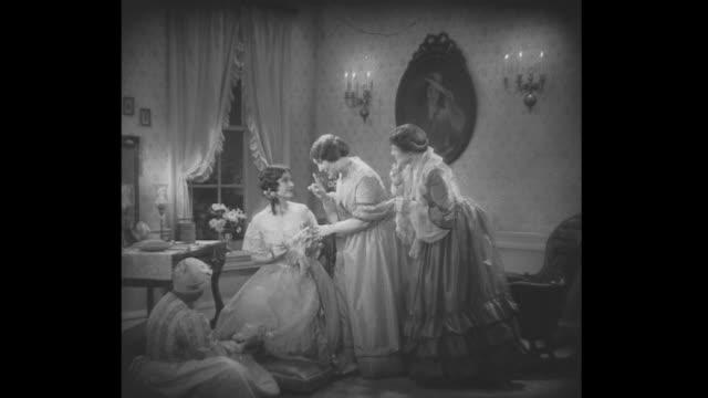 vídeos de stock, filmes e b-roll de 1830s mary todd discusses marriage with her sister - segmento editado