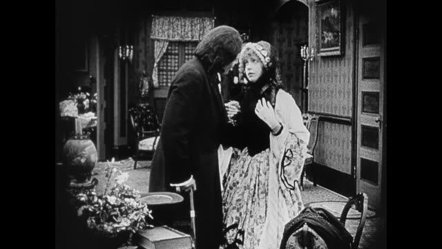 1860s a woman (lillian gish) is excited to see her father (ralph lewis) upon her return home - xix secolo video stock e b–roll