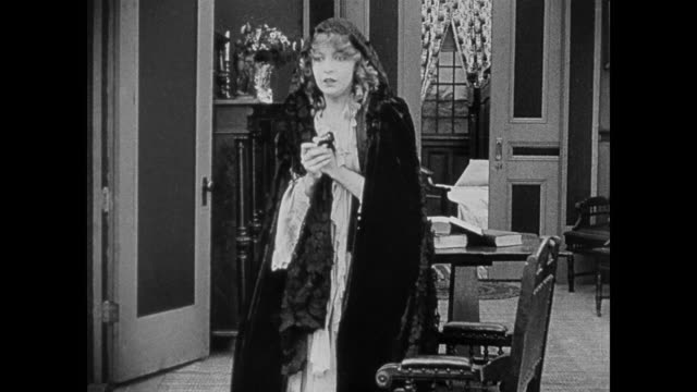 vidéos et rushes de 1860s a woman (lillian gish) nervously paces around her house - anxiété