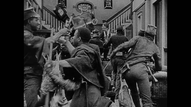 stockvideo's en b-roll-footage met 1860s union soldiers loot houses and shoot dissenters - leger van de unie