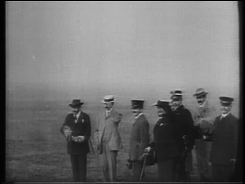 vídeos de stock, filmes e b-roll de b/w 1900s men with hats shielding eyes to watch wright brothers flight / documentary - orville wright