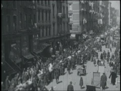 b/w 1900s newsreel high angle wide shot crowds on city street / nyc - 1900~1909年点の映像素材/bロール