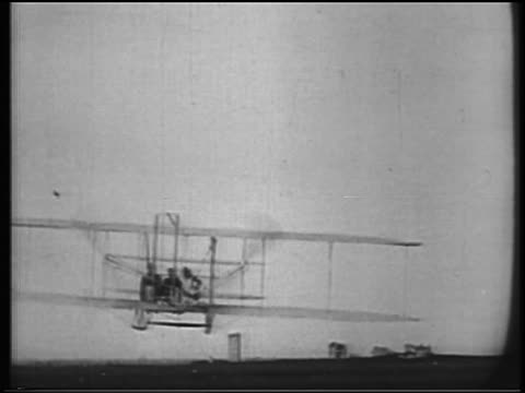 vídeos de stock, filmes e b-roll de b/w 1900s rear view wright brothers in biplane flying away from camera / documentary - orville wright