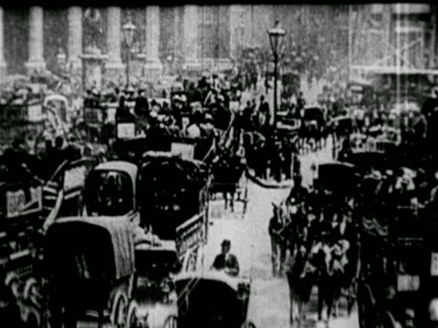 cities w/ horse-drawn streetcars, crowded w/ people, crowd of horse-drawn carriages & carts, broadway tram 263 passing, horse drawn trolley turning... - 1900~1909年点の映像素材/bロール