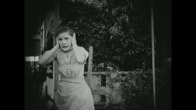 stockvideo's en b-roll-footage met 1910s a frightened young woman reacts to a disturbing situation - angst
