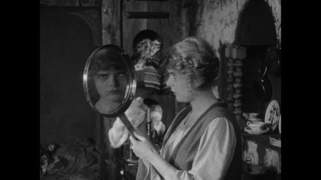 vídeos de stock, filmes e b-roll de 1910s a frying pan becomes a mirror for peasant woman (blanche sweet) when she dolls herself up for man (house peters) - cultura do leste europeu