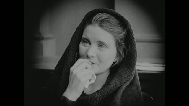 vidéos et rushes de 1910s a woman motions to her husband who is on trial - anxiété