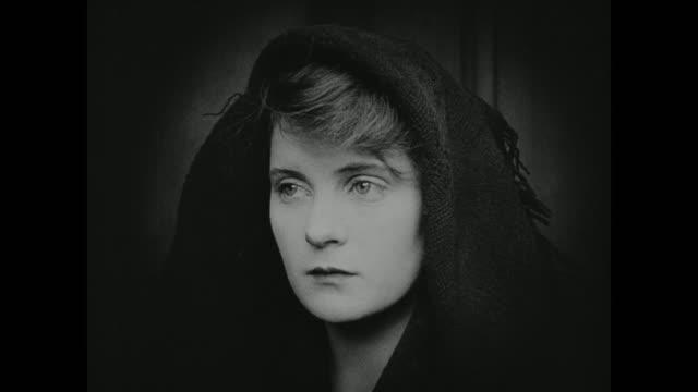 vidéos et rushes de 1910s a woman nervously watches a trial - procès