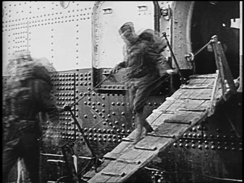 1910s american soldiers with backpacks walking down gangplank disembarking from ship - militäruniform stock-videos und b-roll-filmmaterial