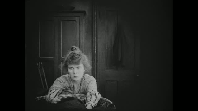 1910s an upset woman holds her child - 1910 stock-videos und b-roll-filmmaterial