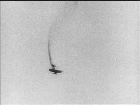 b/w 1910s biplane spiraling downwards trailing smoke behind it / world war i / newsreel - prima guerra mondiale video stock e b–roll