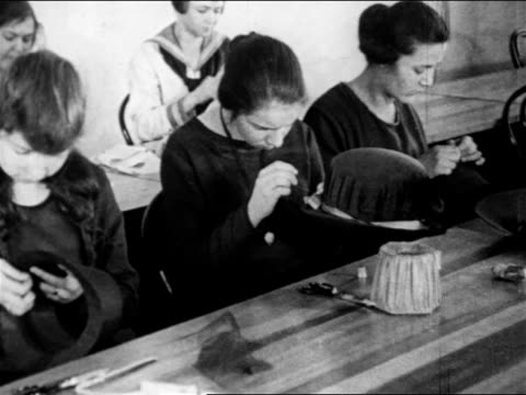 b/w 1910s female factory workers sewing womens' hats / documentary - occupazione industriale video stock e b–roll