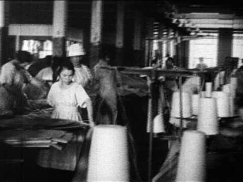 b/w 1910s pan female textile factory workers / newsreel - 織物工場点の映像素材/bロール