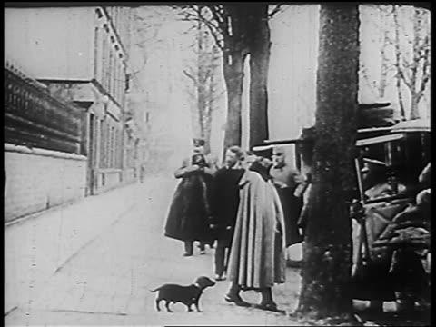 vidéos et rushes de 1910s kaiser wilhelm ii in uniform walking toward car then turning around - 1910