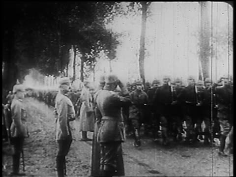 vidéos et rushes de b/w 1910s pan kaiser wilhelm ii others reviewing marching soldiers passing on road - armée allemande