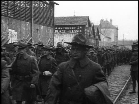 vídeos y material grabado en eventos de stock de 1910s line of american soldiers in uniforms carrying guns marching past camera in french town - personal militar