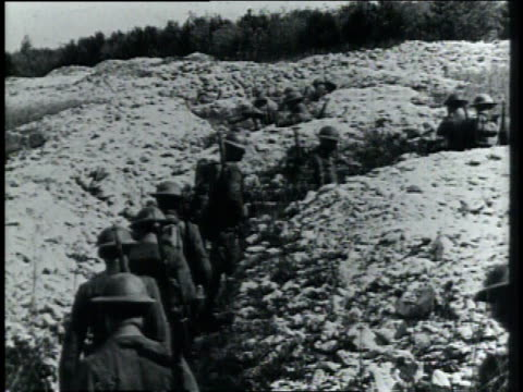 1910s montage soldiers marching on a winding path and stopping for a gas attack drill / germany - erster weltkrieg stock-videos und b-roll-filmmaterial