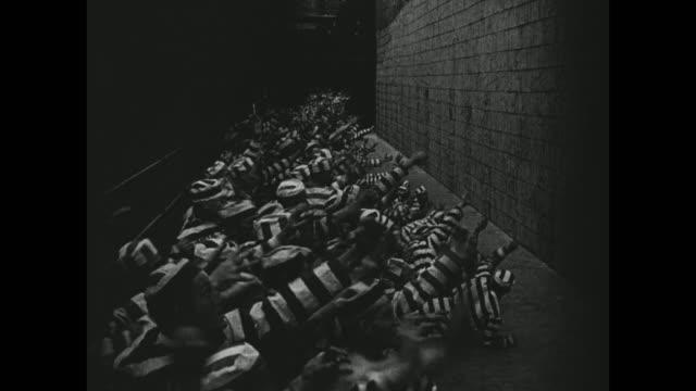 1910s prisoners struggle to break free - anno 1916 video stock e b–roll