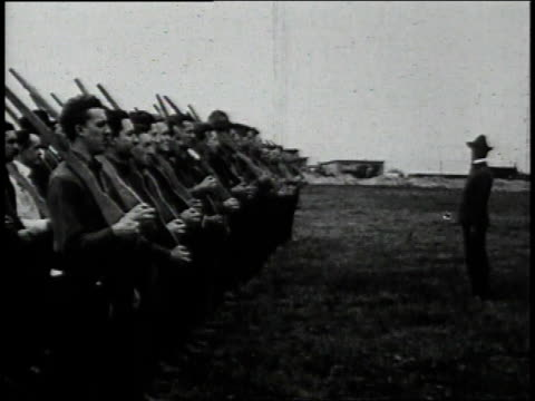 1910s recruits in shirtsleeves learning rifle drill and marching in formation / united states - allarme di prova video stock e b–roll