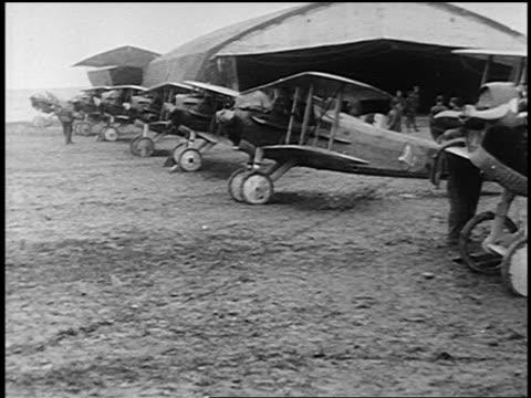 1910s row of us military world war i biplanes parked on grass - 複葉機点の映像素材/bロール