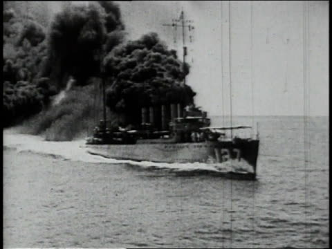 vidéos et rushes de 1910s ws ship traveling at sea leaving massive black smoke screen behind it / north atlantic - world war 1