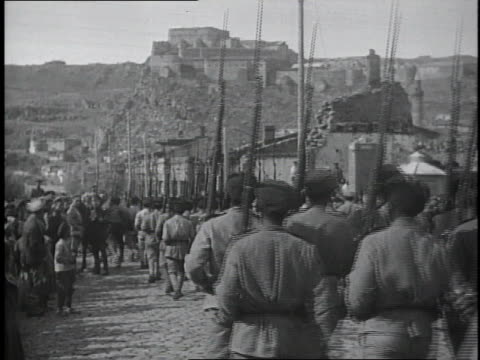 vídeos de stock, filmes e b-roll de 1910s soldiers marching in formation down city street/ kars, austria - segunda guerra mundial
