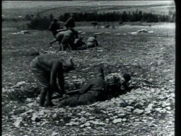 vidéos et rushes de 1910s soldiers setting up machine guns and firing / germany - infanterie