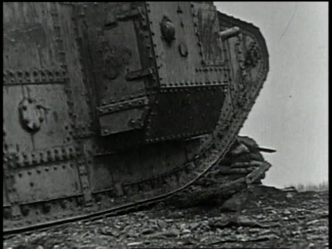 1910s ws tank crawling over rough terrain - kampfpanzer stock-videos und b-roll-filmmaterial