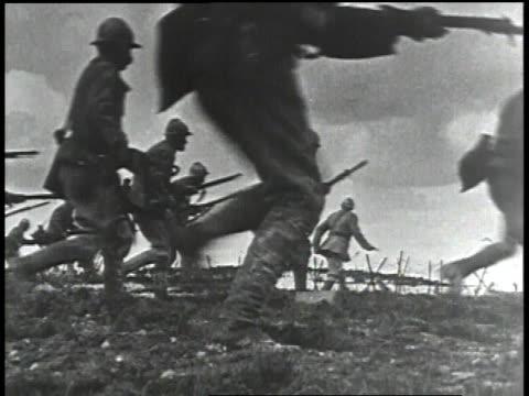 vídeos de stock e filmes b-roll de 1910s ms troops moving across a field explosions in bg / europe - baioneta