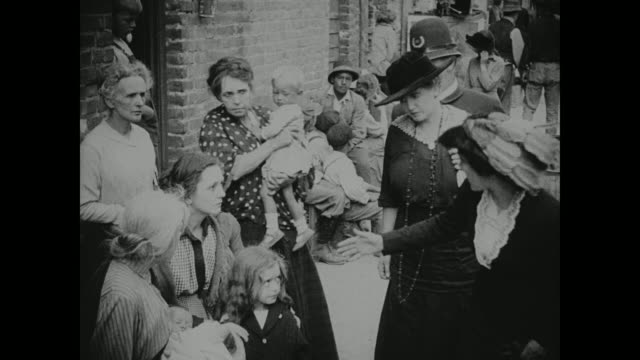 1910s wealthy women are judgmental of less fortunate mothers - armut stock-videos und b-roll-filmmaterial