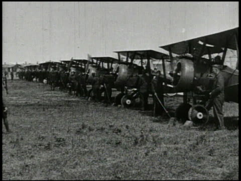 vídeos y material grabado en eventos de stock de world war i fighter airplanes vs united states soldiers wheeling out biplane fighter aircraft from hangar row of biplanes on field ace pilot edward... - primera guerra mundial