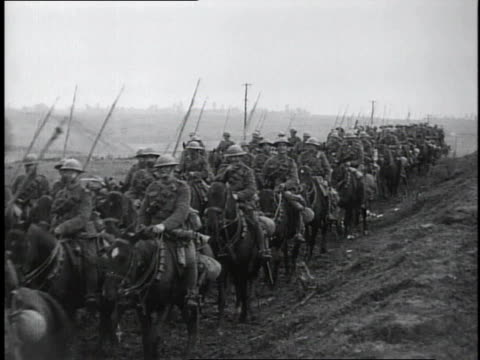 vídeos de stock e filmes b-roll de 1910s ws wwi british cavalry traveling on country road / france - cultura britânica