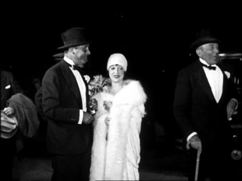 vídeos de stock, filmes e b-roll de b/w 1920s actor lew cody wife mabel normand at graumann's chinese theatre for movie premiere - estreia