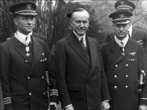 1920s admiral byrd, calvin coolidge, and floyd bennett after medals are awarded / documentary - 1926年点の映像素材/bロール