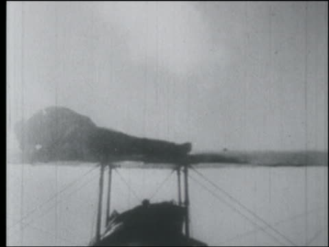 vidéos et rushes de b/w 1920s aerial point of view rear view man standing on top of biplane doing circles in air / leans to side - biplan