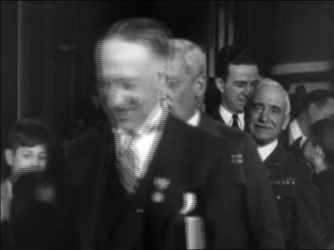 stockvideo's en b-roll-footage met b/w 1920s al smith smiling shaking hands / military men in background / documentary - al smith