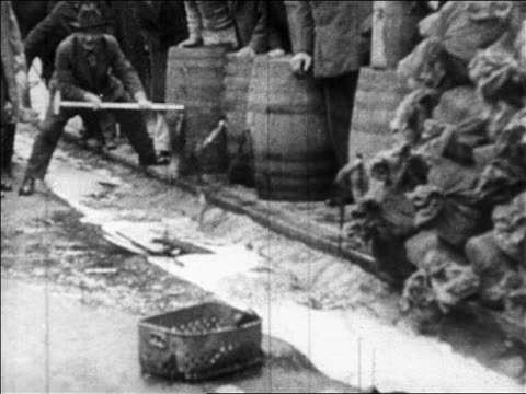 1920s authorities emptying barrels of bootleg liquor on streets / prohibition / newsreel - 1920 bildbanksvideor och videomaterial från bakom kulisserna