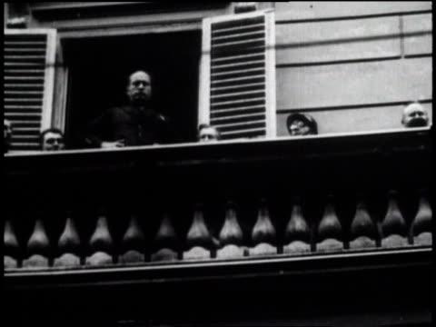vídeos de stock, filmes e b-roll de 1920s la benito mussolini being cheered from a balcony / italy - benito mussolini