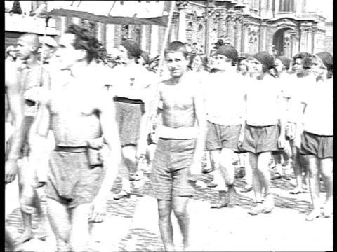 vídeos y material grabado en eventos de stock de 1920s b/w montage sports event parade of young athletes in winter palace square / petrograd russia - winter sports event