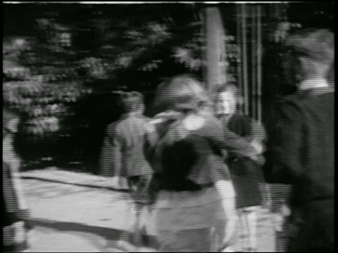 b/w 1920s children playing outdoors / japan / home movie - 1920年点の映像素材/bロール