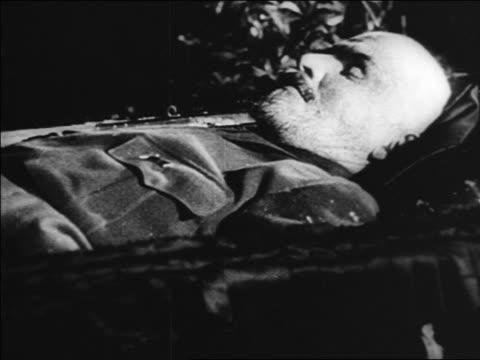 b/w 1920s close up body of vladimir lenin lying in state in coffin / russia / documentary - einzelner mann über 30 stock-videos und b-roll-filmmaterial