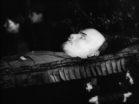 b/w 1920s close up profile body of vladimir lenin lying in state in coffin / russia / documentary - einzelner mann über 30 stock-videos und b-roll-filmmaterial