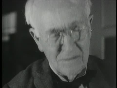 vídeos de stock, filmes e b-roll de b/w 1920s close up tilt up face of thomas edison working in laboratory - só um homem idoso