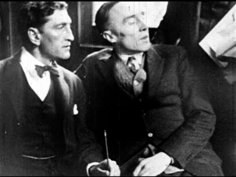 vidéos et rushes de people walking in street, prohibition-era criminal & co-leader of dutch anderson gang gerald chapman sitting w/ unidentified man, being escorted... - prohibition