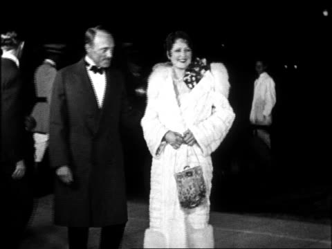 vídeos de stock, filmes e b-roll de b/w 1920s director irwin willat wife billie dove at graumann's chinese theatre for movie premiere - estreia