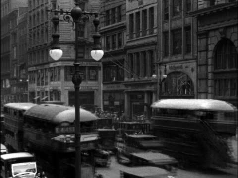 stockvideo's en b-roll-footage met b/w 1920s double decker buses on nyc street / newsreel - 1920