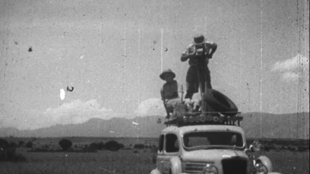 vidéos et rushes de 1920s filmmakers on safari - safari