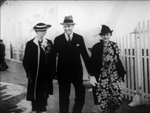 vídeos de stock e filmes b-roll de b/w 1920s henry morganthau jr wife elinor walking with eleanor roosevelt / newsreel - primeira dama