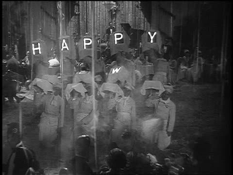 """b/w 1920s high angle group of chefs turning platters covered with cloths over to show """"happy new year"""" - neujahr stock-videos und b-roll-filmmaterial"""
