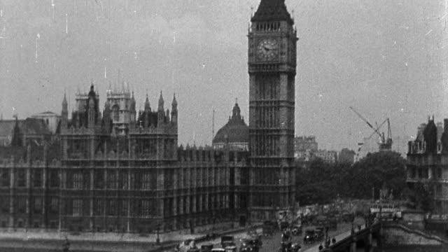 vídeos de stock e filmes b-roll de b/w grainy 1920s high angle wide shot big ben + houses of parliament with traffic on bridge / london, england - big ben